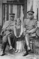 Russische Offiziere mit österreichischem Kleinkind in Liebenau, nahe dem Waldviertler Hochland, 1944-1955, © OÖ Landesarchiv, Allgemeine Fotosammlung, Inv. Nr. 3400