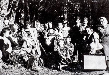 Frauen und Kinder im Versteck vor den Russen im Wald in Kamp bei Arbesbach, oberhalb des Hauses K., Sommer 1945, Sammlung Leopold Kropfreiter, © Franz Kitzler